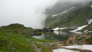 Balea Lake bei Nebel und Schneeregen