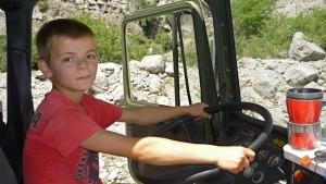 Mutiger kleiner Fahrer