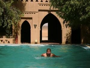 am Pool in der Sahara